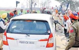 a photo of the atatck on Kejriwal's car near Ludhiana.